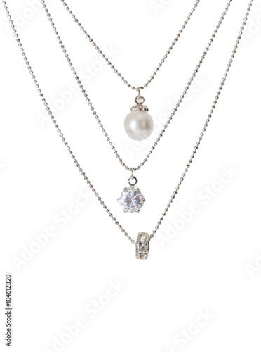 Foto  Silberne Halskette getrennt auf dem weißen Hintergrund