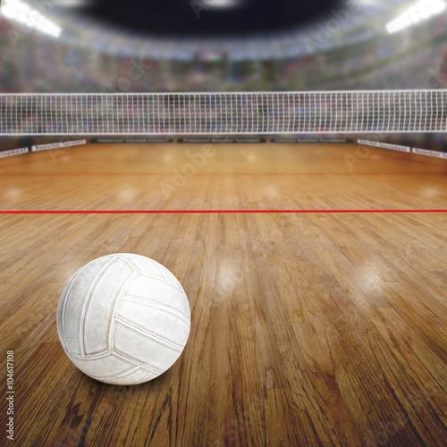 Plakat Boisko do siatkówki z piłką na podłodze z drewna i przestrzeni kopii