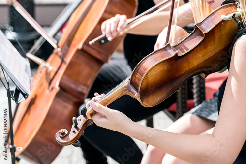Fotografía musicians play classical music in orchestra