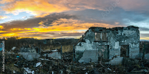 Fotografía  The remains of destroyed houses at sunset