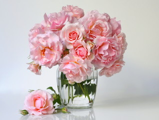 Fototapeta Do biura Bouquet of pink roses in a vase. Romantic floral still life with pink roses.