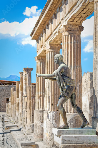 Garden Poster Napels Statues and columns temples of Pompeii