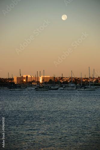 Fotografia Hafen San Diego frühmorgens / Segelboote ankern frühmorgens in der Bucht von San Diego beziehungsweise dem Hafen unter dem Vollmond