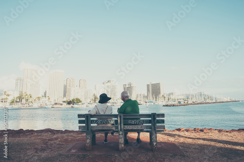 Fotografie, Tablou  ベンチに座っている高齢者の夫婦