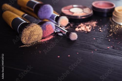 Fotografie, Obraz  Make up kartáče s práškem a růž na černém dřevěném podkladu