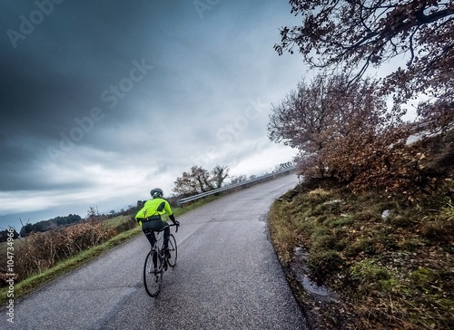 Obraz na plátně Ciclista percorre una strada v Salita sotto la Pioggia
