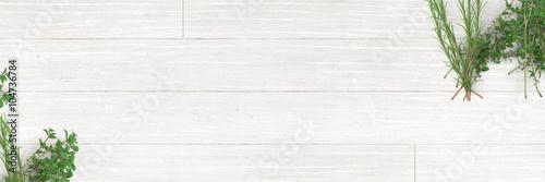Fotografie, Obraz  Frische Kräuter (Oregano, Thymian, Rosmarin) auf Holz-Küchentisch - Banner / Hin