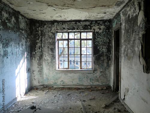 Fotografie, Obraz  Depresivní opustil pokoj s střed okna - na šířku barevnou fotografii