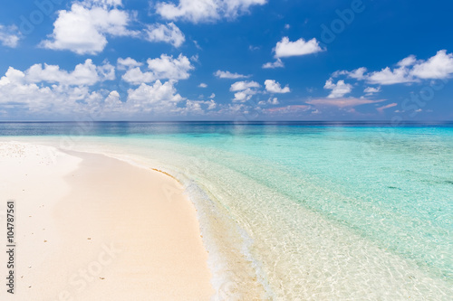 Tuinposter Strand Beautiful ocean beach on Maldives