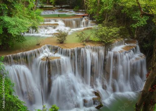 piekny-wodospad-otoczony-zielenia