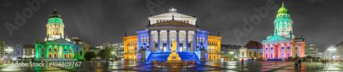 gendarmenmarkt-plac-polozony-w-historycznym-centrum-berlina-oswietlone-i-kolorowe-budynki-noca