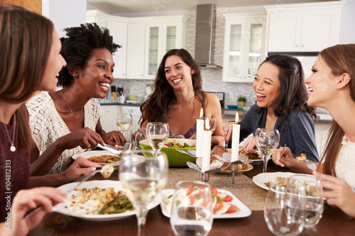 Photo  Group Of Female Friends Enjoying Dinner Party At Home