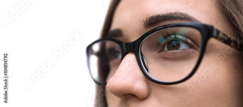 Fotografía  Close up of a young woman wearing glasses on white background