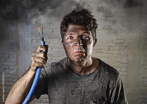 Cuadros en Lienzo Hombre joven con fumar cable después de accidente eléctrico con la cara quemada
