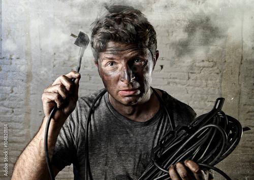 Fotografie, Obraz  Netrénovaný člověk kabel trpí úrazu elektrickým proudem špinavé spálené tváří v