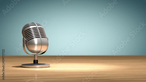 Fényképezés  Microphone vintage posé sur une table en bois, orienté et prêt pour enregistrer