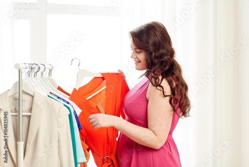 Photo  happy plus size woman choosing clothes at wardrobe
