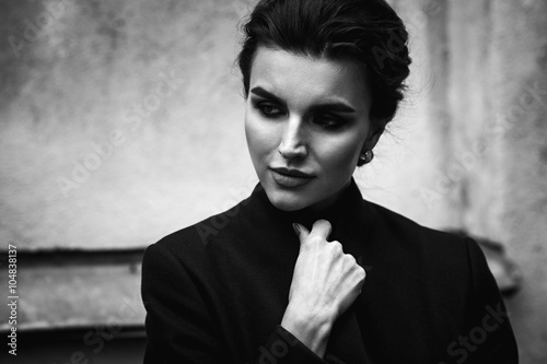 Obraz premium czarno-biały portret pięknej kobiety. Ulica zewnętrzna ph