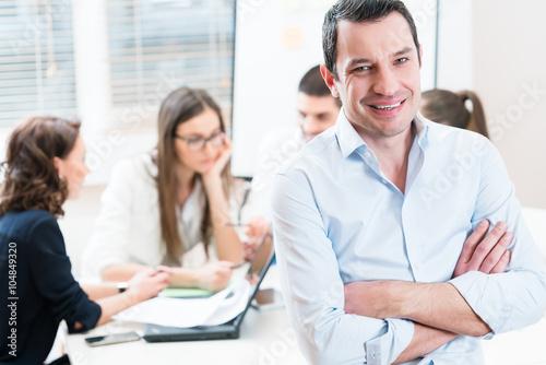 Fotografie, Obraz  Chef im Büro, sein Team arbeitet v einem Meeting
