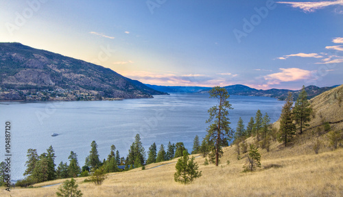 Fototapeta  overlooking the lake okanagan in british columbia