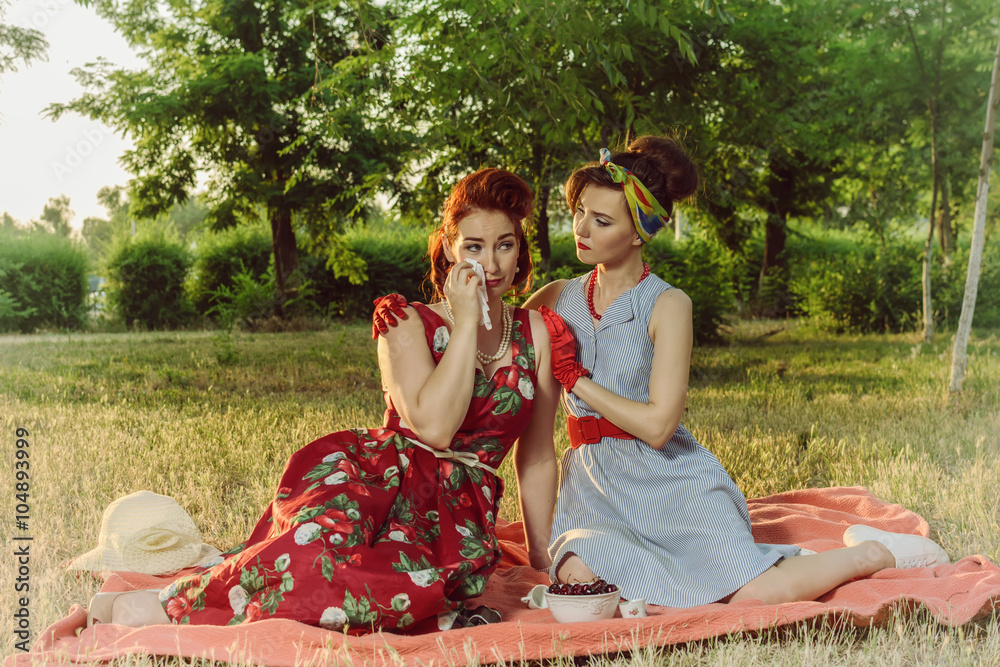 Retro Art Woonkamer : Girl on a picnic and sit gossiping retro style foto poster