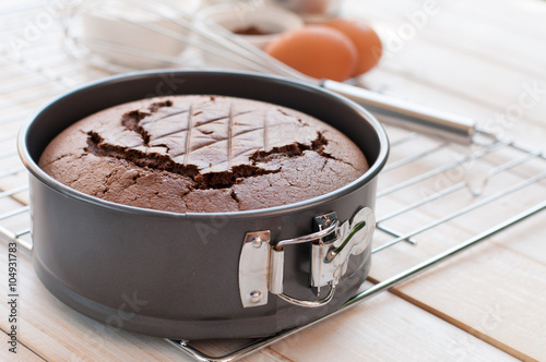 Fotomural Chocolate cake in cake form on wooden background