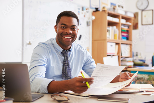 Photo  Portrait of African American male teacher working at desk