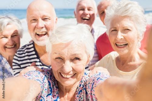 starsi-przyjaciele-biorac-selfie