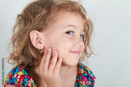 bella bimba con orecchino