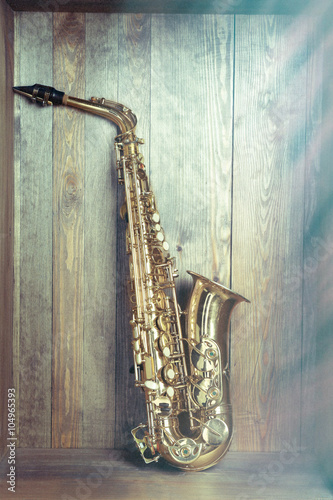 Photo Golden saxophone on wooden background