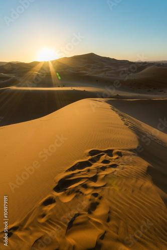 wschod-slonca-nad-wydma-na-pustyni