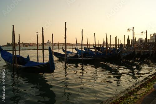Spoed Foto op Canvas Gondolas sunset at the pier with a gondola