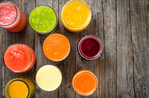 Cadres-photo bureau Jus, Sirop Glasses of fresh juice on an old wooden table