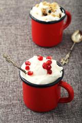 dessert panna o ice cream con chicchi di melograno in bicchiere di metallo