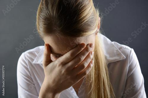 Fotografie, Obraz  Frau ist traurig und hat Depressionen vor Einsamkeit, Trauer und Sorgen