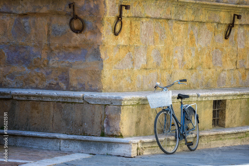 Staande foto Fiets Old vintage bicycle against a wall in Italy.