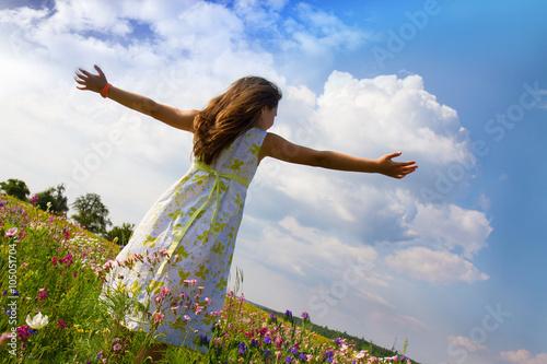 bambina in natura nel campo di fiori Canvas Print