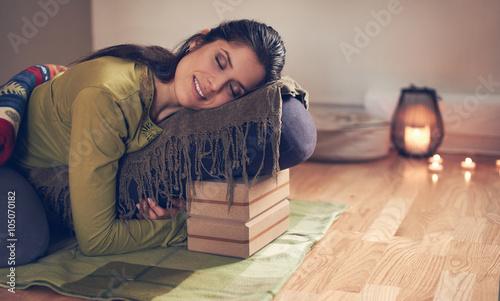 Foto Attractive mixed race woman doing restorative yoga