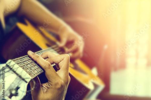 Fototapeta ręka mężczyzny w gitarze klasycznej