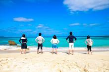腰に腕を当てて海を眺...