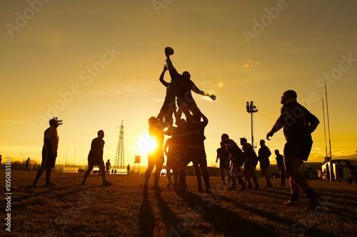 giocatori di rugby partita di sera al tramonto
