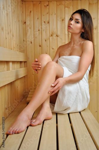 Fotografie, Obraz  Młoda kobieta w saunie.