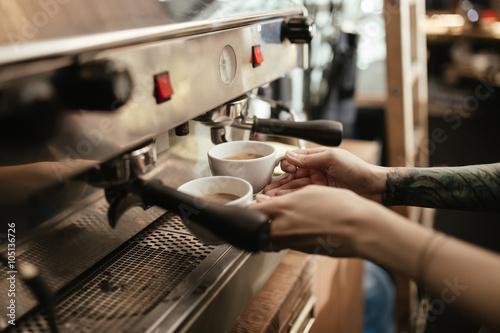 Fotografie, Obraz  Barista přípravu kávy v kavárně
