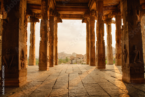 Fototapeta Beautiful architecture of ancient ruines of temple in Hampi