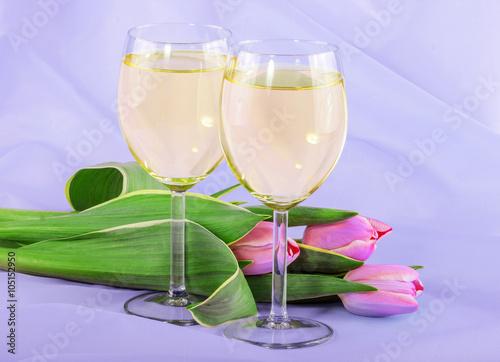 biale-wino-i-rozowe-tulipany-na-niebieskiej-tkaninie
