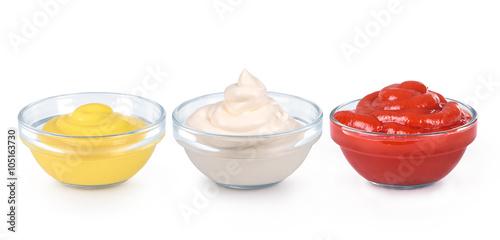 Fotografía  ketchup, mustard and mayonnaise in glass bowls