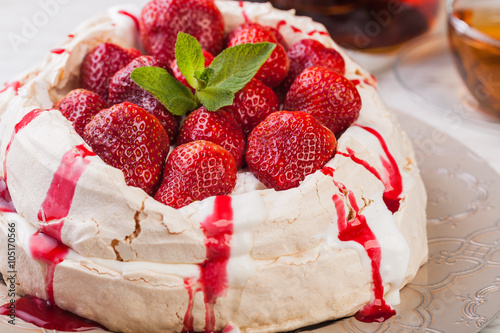obraz dibond Strawberry pavlova cake