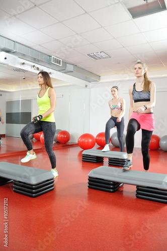 Fototapeta Klub fitness - ćwiczące kobiety na steperach. obraz