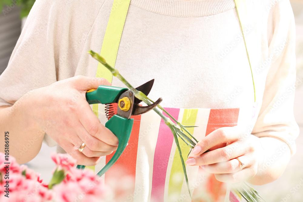 Obraz Układanie kwiatów. W kwiaciarni fototapeta, plakat