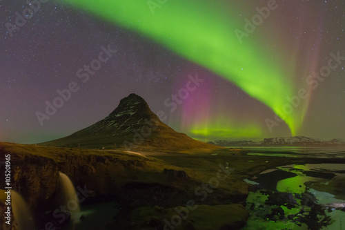 Foto auf Gartenposter Nordlicht Kirkjufell mountain with beautiful northern lights and fully of star night view, Iceland